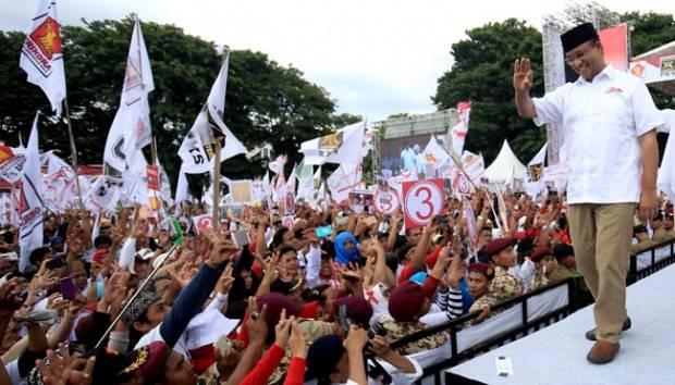 Calon Gubernur no urut 3, Anies Baswedan menyapa massa saat menggelar kampanye akbar Pilkada dil apangan Banteng, Jakarta, 5 Februari 2017. TEMPO/Eko Siswono Toyudho