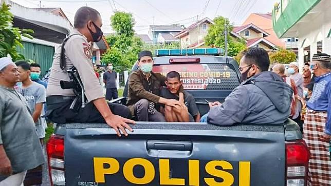 Pelaku penyerangan imam masjid di Pekanbaru dijemput personel Polsek Tampan.