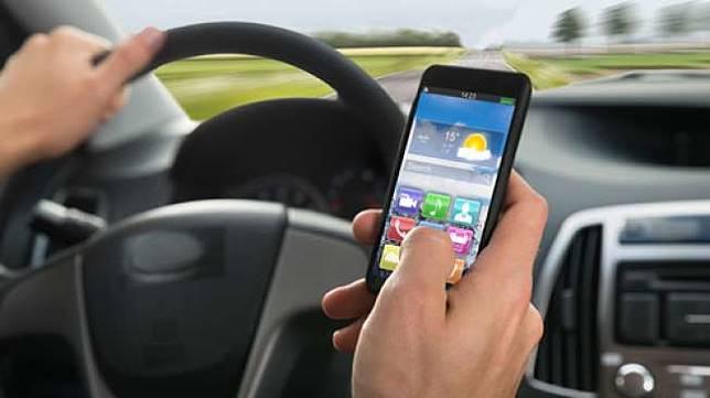 Ilustrasi mengemudi sambil menggunakansmartphone [Shutterstock].