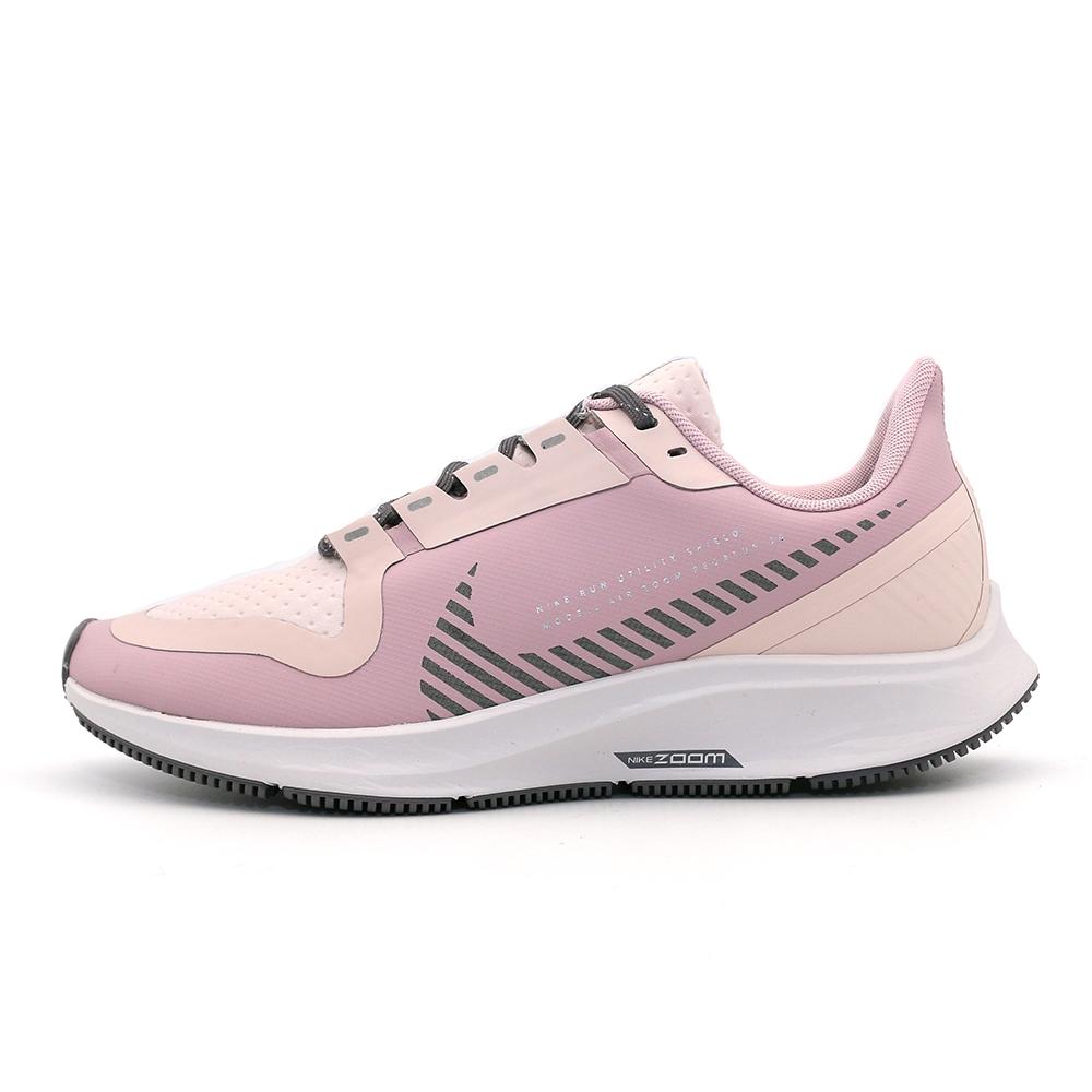 NIKE W AIR ZOOM PEGASUS 36 SHIELD 女慢跑鞋-AQ8006500-粉旋風回歸,沖孔鞋面設計帶來更多涼感,可針對高溫區域展現優異透氣性。更薄的鞋跟鞋領和鞋舌,可減輕厚重感