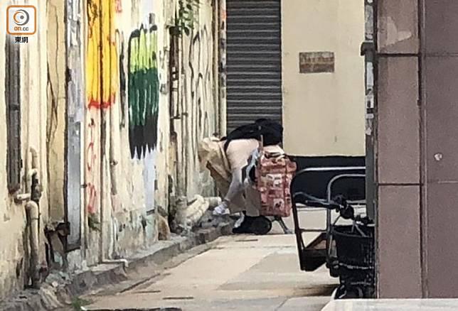 上午9時,同組另1女工整理裝備後,在崇齡街一帶後巷放滅鼠藥。