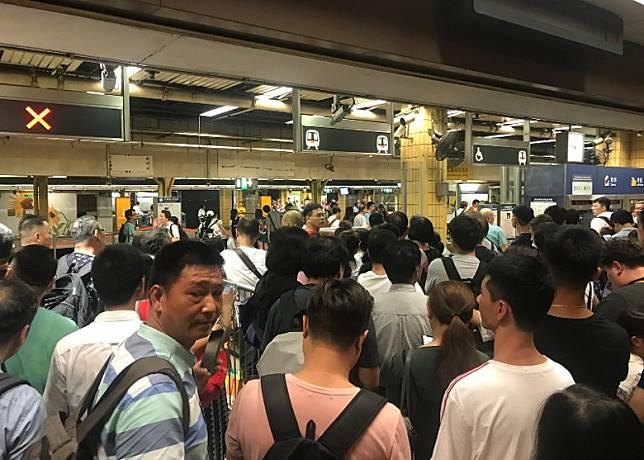 大批乘客於上水站閘機前等候。(讀者提供)