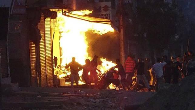 Sebuah toko terbakar ketika gerombolan massa membakarnya selama kekerasan antara dua kelompok di New Delhi, India, Selasa, 25 Februari 2020.
