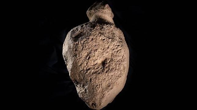 Arkeolog menemukan batu misterius 4.000 tahun mirip sosok manusia di Skotlandia. Kredit: Orkney.com