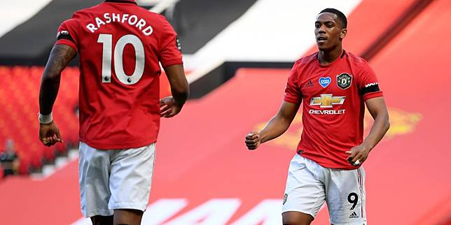 Striker Manchester United, Anthony Martial (kanan) merayakan golnya ke gawang Sheffield United bersama Marcus Rasfhord. (c) AP Photo