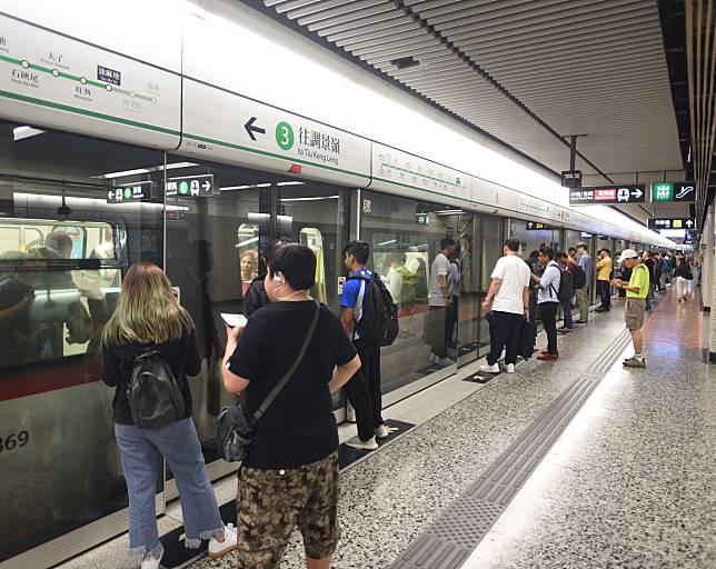 港鐵宣布,15個車站於今晚8時關閉。資料圖片