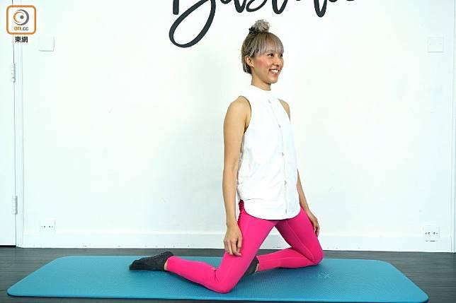 如可以應付的話,在旋轉的同時可以嘗試腹部、臀部及大腿發力將身體升高,臀部推前,打開髖關節前方位置,效果更好。(方偉堅攝)