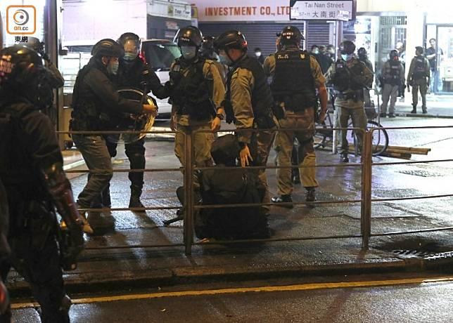 防暴警採取驅散行動,在太子道西近大南街拘捕至少1人。(袁志豪攝)