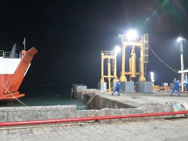 Aksi Total Penarik Tali Tambat agar Kapal Bisa Bersandar di Pelabuhan Merak