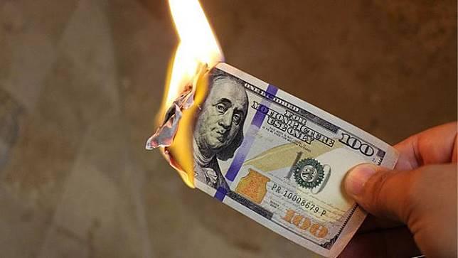Demi Buktikan Siapa Paling Kaya, Pria-Pria Ini Bakar Uang