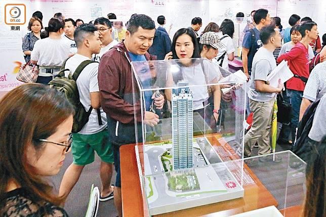 大批計劃申請居屋的市民到場參觀居屋模型。(李志湧攝)