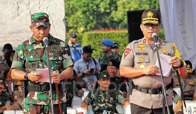 Jakarta Police Chief Insp. Gen. Gatot Eddy Pramono (right) and the Commander of the Jakarta Regional Military Command, Maj. Gen. Eko Margiyono. TEMPO/Hilman Fathurrahman W.