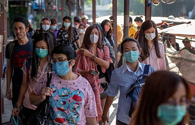 ▲武漢新型冠狀病毒肺炎席捲亞洲,許多居民外出紛紛戴上口罩。(圖/美聯社/達志影像)