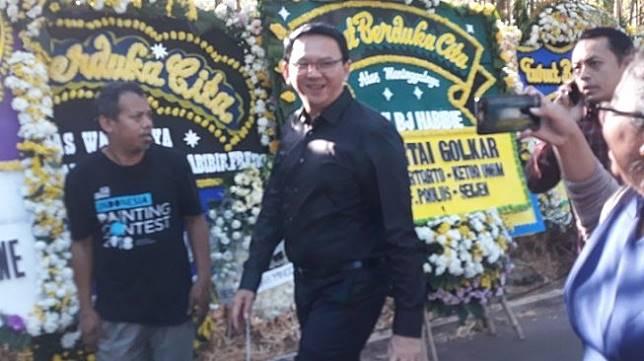 Basuki Tjahaja Purnama alias Ahok turut melayat ke rumah duka Presiden ke-3 RI BJ Habibie. (Suara.com/Novian)