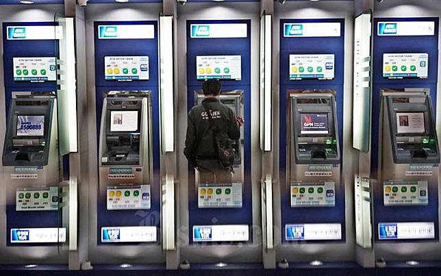 Nasabah melakukan transaksi lewat mesin anjungan tunai mandiri (ATM) di Tangerang Selatan, Banten, Sabtu (28/3/2020). Bisnis/Eusebio Chrysnamurti