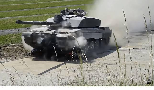 ▲當BMW 遇上了坦克,瞬間變成爛泥巴。(圖/翻攝自影片)