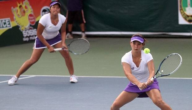 Finally: Indonesian tennis players Beatrice Gumulya (right) and Jessy Rompies return the ball at the 2019 Philippines SEA Games on Saturday. Winning gold, they brought to an end a 14-year victory drought in women's doubles.