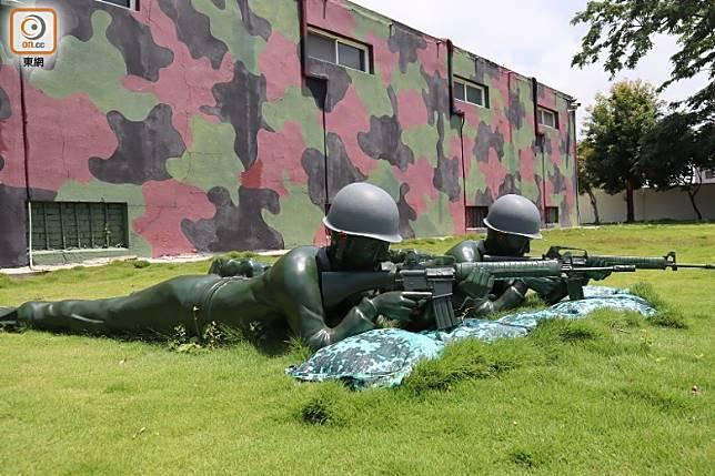 現場格局像軍營,戶外還有假軍人「站崗」和射擊,頗有戰鬥氣氛。(劉達衡攝)