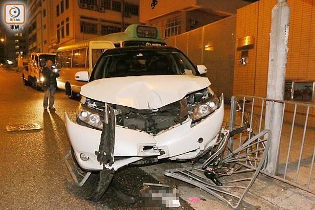 私家車車頭損毀,車牌脫落。(梁裔楠攝)
