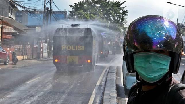Mobil Water Cannon Semprot Disinfektan di Jalanan Slipi