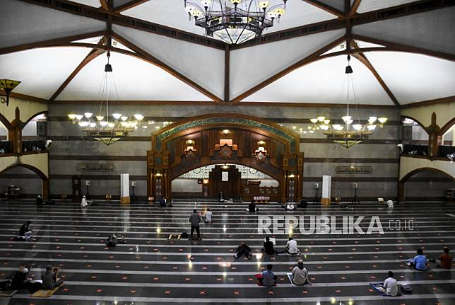 Umat muslim melakukan Itikaf pada sepuluh malam terakhir Ramadhan 1442 H di Masjid Pusdai, Kota Bandung, Senin (3/5) dini hari.