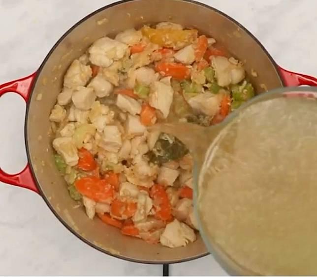 若然家中沒有雞湯,也可用清水代替。(互聯網)