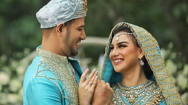Pasangan Ammar Zoni dan Irish Bella saat akad nikah di Bandung, Jawa Barat, Minggu (28/4). [Suara.com/Muhaimin A Untung]