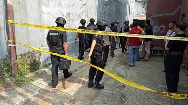Olah TKP Densus 88 di rumah terduga teroris di Bogor, Sabtu (18/5/2019). (Suara.com/Rambiga)