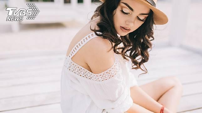 民眾普遍認為白色衣服的抗暑效果最佳。示意圖/TVBS