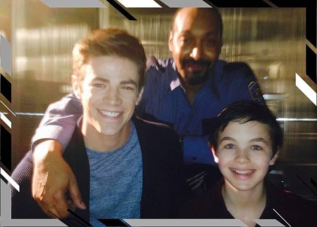 Logan(右一)離世,終年16歲,《閃電俠》拍檔Grant(左一)上載合照悼念。