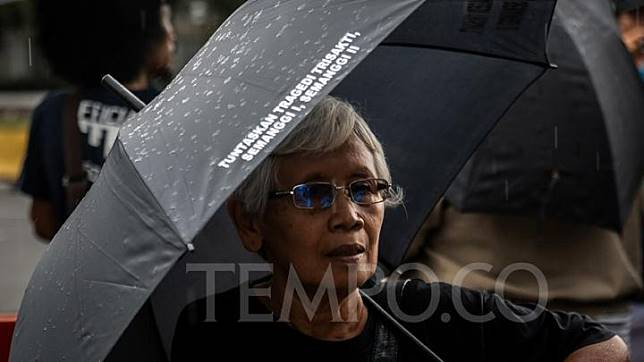 Sumarsih, the mother of Wawan, one of the victims of the Semanggi tragedies, attends the 575th Kamisan protest in front of the State Palace in Jakarta on February 21, 2019. TEMPO/M Taufan Rengganis