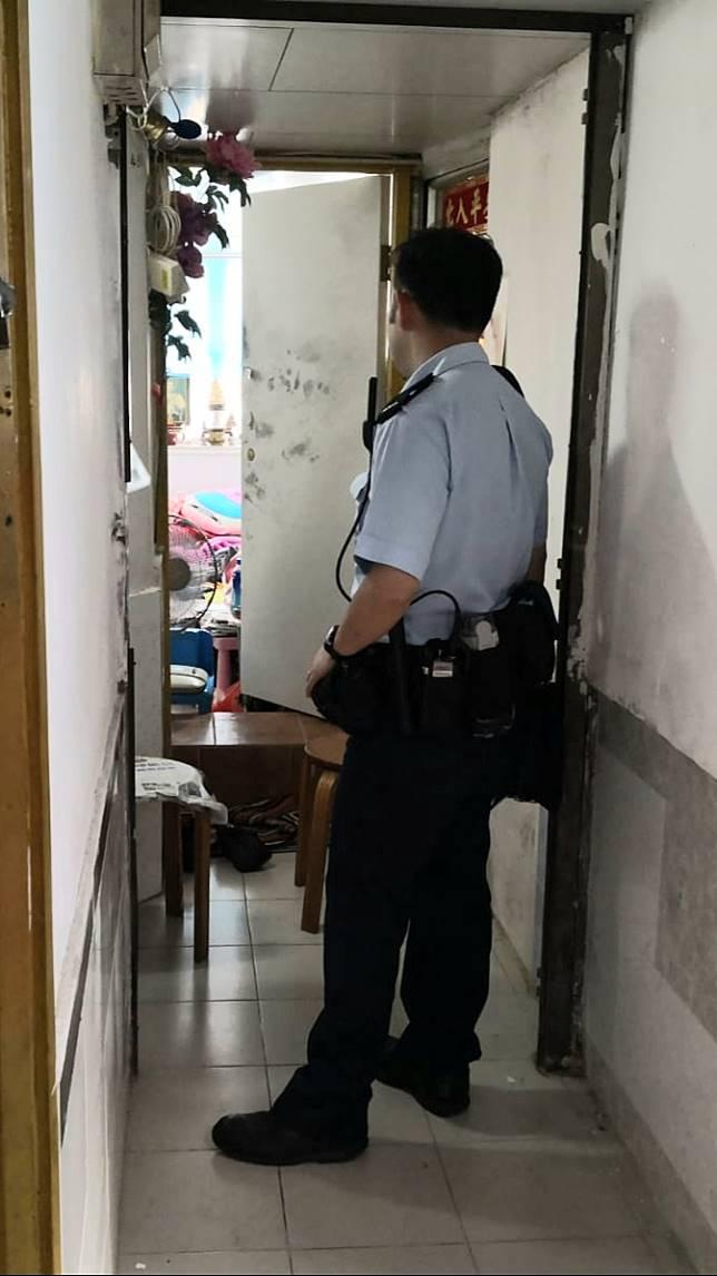 警方今早返回女死者居住單位調查。林思明攝