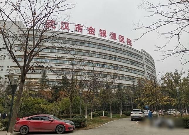 患者在金銀潭醫院接受救治。