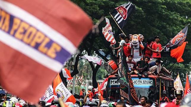 Suporter klub sepakbola Persija Jakarta mengikuti konvoi Penyerahan Piala Gojek Traveloka Liga 1 di Jalan Jenderal Sudirman, Jakarta, Sabtu 15 Desember 2018. Konvoi tersebut untuk merayakan kemenangan Persija Jakarta sebagai juara Liga 1. ANTARA FOTO/Rivan Awal Lingga