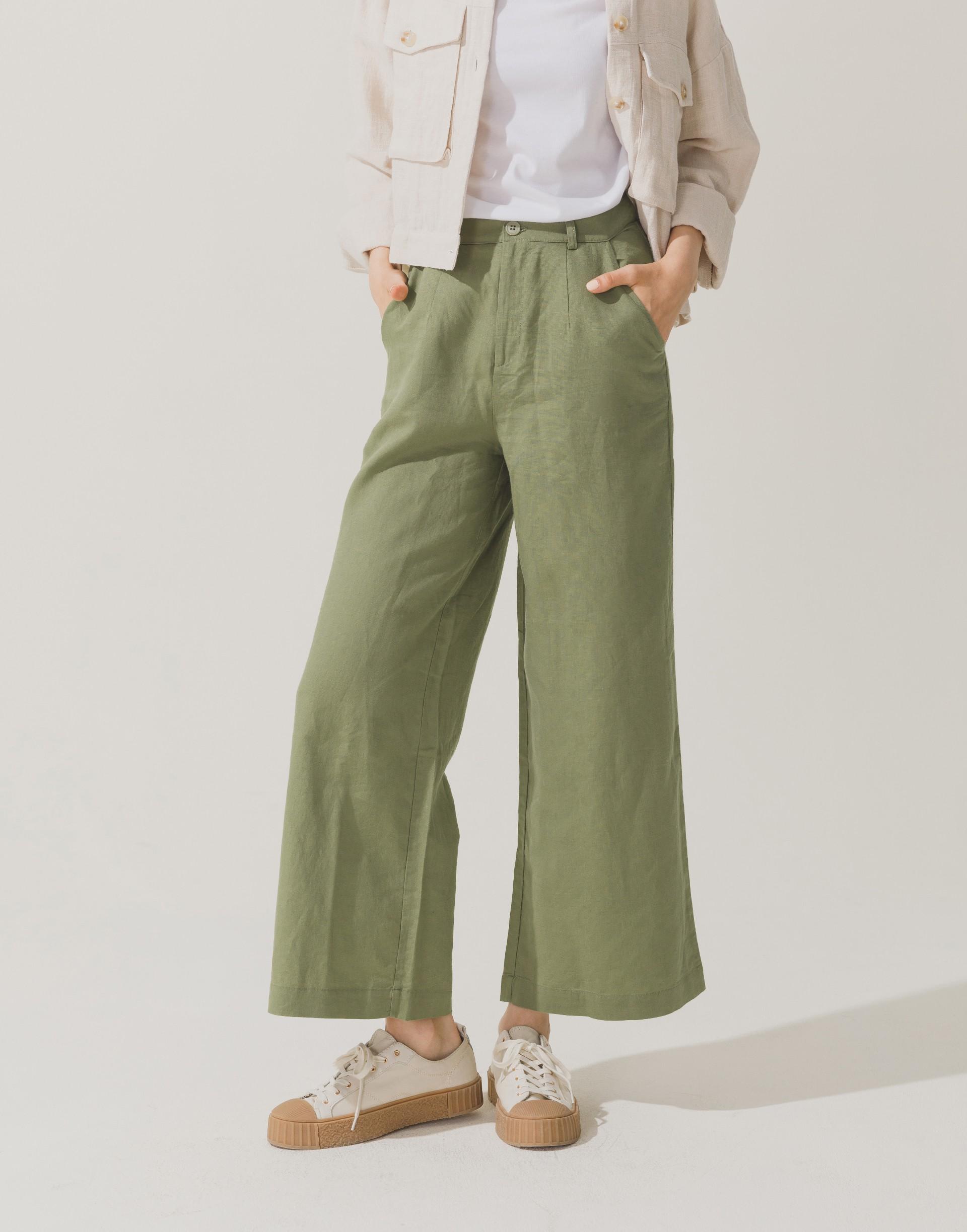彈性:適中 涼爽棉麻材質、寬版設計、側邊附口袋、後裝飾口袋、無內裡、正中燙線設計