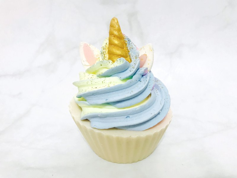 Planet Yum的杯子蛋糕手工皂就是這麼可愛!看起來就跟真的杯子蛋糕一樣,搭配選用最好的成份以及香氛精華完全純手工製作!眾多口味適合任何節日供您選擇。美味的蛋糕手工皂也非常適合當生日禮物,Part