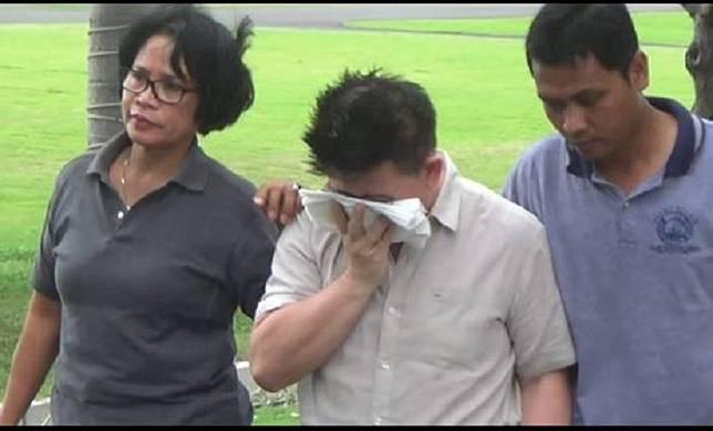 Pendeta Hanny Layantara (tengah) saat pemeriksaan di Polda Jatim beberapa waktu lalu.(Foto: Dok iNews.id)