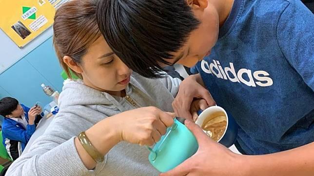 苡洛熱愛咖啡拉花。
