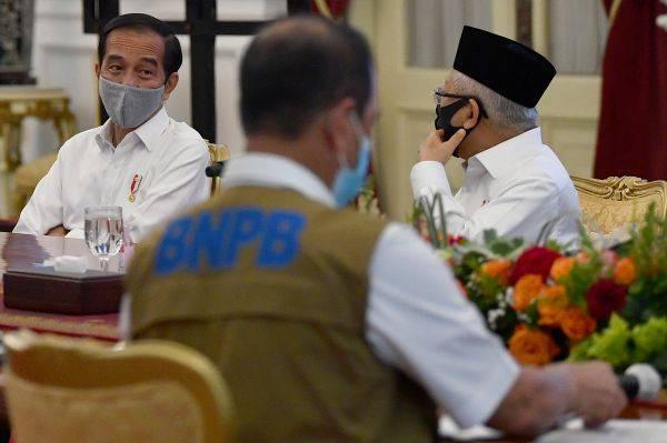 Presiden Joko Widodo (kiri) didampingi Wakil Presiden Ma'ruf Amin (kanan) bersiap memimpin rapat kabinet terbatas, hari ini.