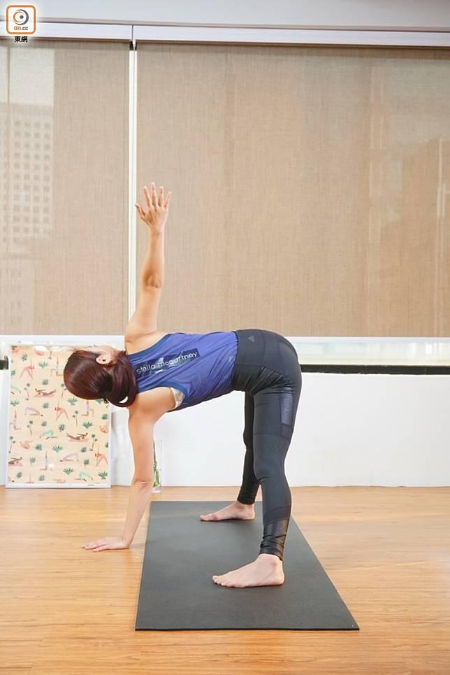 動作4:呼氣時換手,左手落地,右手打開扭腰,完成後回到開始動作,為之一個循環,重複做4個循環。(莫文俊攝)