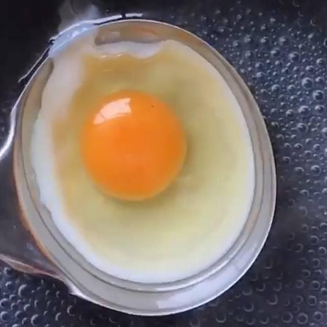 在湯殼上先放油再放雞蛋,這個步驟應該沒有難度。 (互聯網)