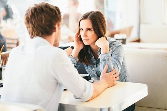 Ini 7 Bahasa Tubuh Pasangan yang Menandakan Ia Sedang Berbohong