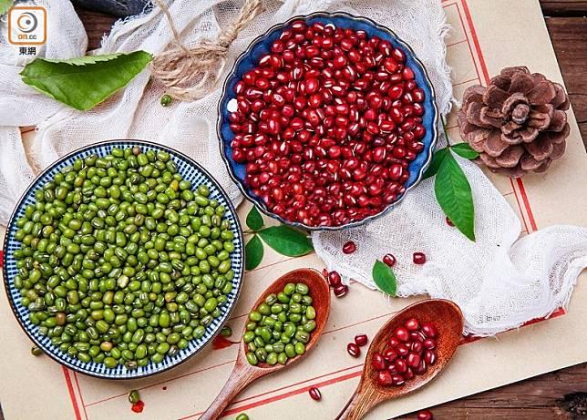 體質偏寒而又喜歡食綠豆,或體質偏熱而又喜歡食紅豆,折衷辦法是用綠豆加紅豆煲糖水。(互聯網)