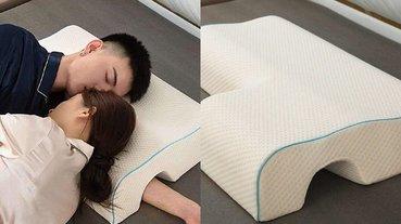 男孩急需!網路火紅的「情侶枕頭」開洞設計,讓男友的手臂終於不會再被壓到發麻!