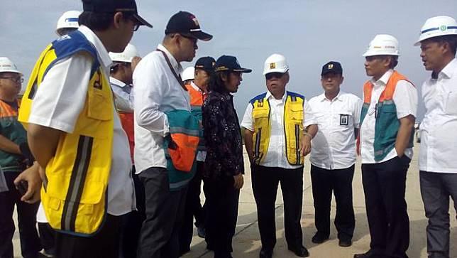 Menteri PUPR Basuki Hadimuljono saat meninjau tol Seksi V di Balikpapan. (Foto: Liputan6.com/Abelda Gunawan)