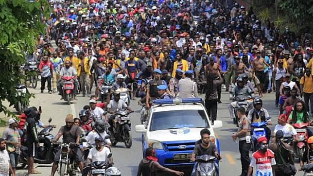 Massa melakukan aksi di Jayapura, Senin, 19 Agustus 2019. Aksi tersebut untuk menyikapi peristiwa yang dialami mahasiswa asal Papua di Surabaya, Malang dan Semarang. ANTARA