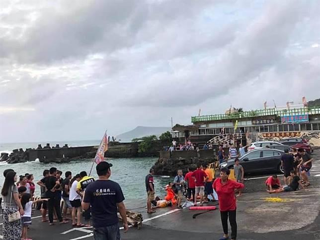 休旅車駛入漁港,居民見狀即刻救援