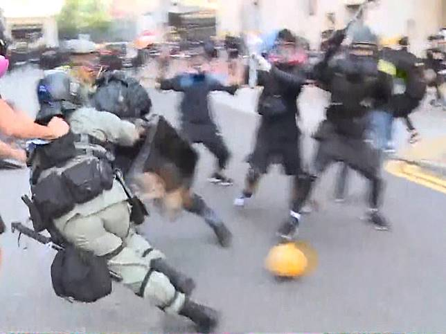 有警員制服一名男子後,被其他示威者襲擊。(爾超軍攝)