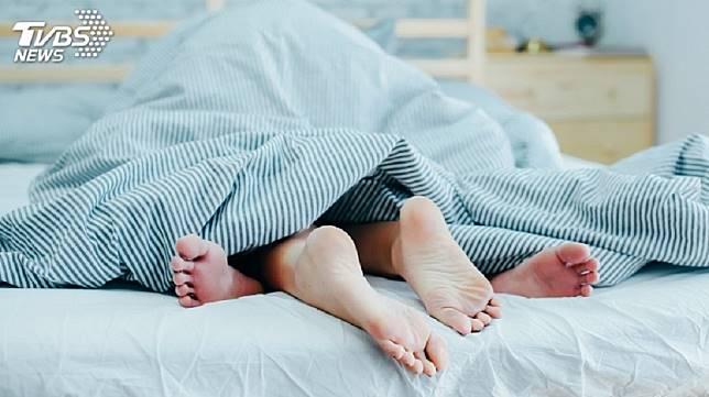 北部一名男子有特殊性癖好,出錢讓女友和男妓上床,自己則是在旁邊觀看。(示意圖/TVBS)