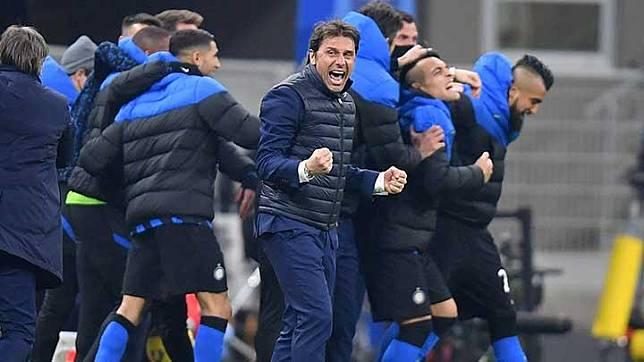 Ekspresi pelatih Inter Milan Antonio Conte usai anak asuhnya berhasil kalahkan Atalanta  dalam pertandingan Liga Italia Serie A di San Siro, Milan, 9 Maret 2021. REUTERS/Daniele Mascolo